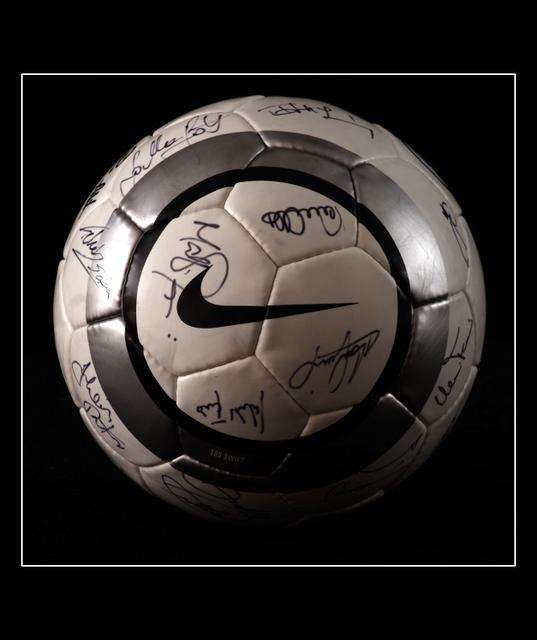 Válogatott labdarúgók által dedikált focilabda